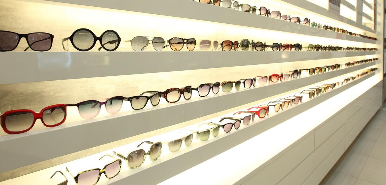 Выбор солнечных очков в магазине в Чернигове фото