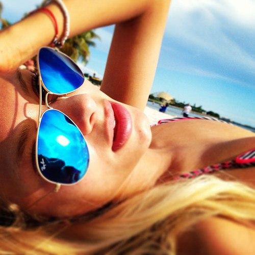 девушка в авиаторах на пляже фото